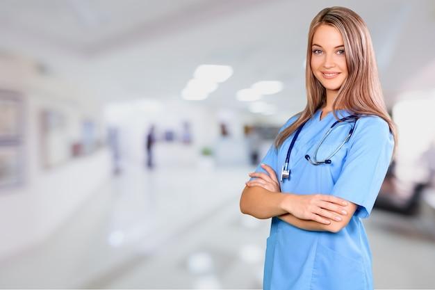 Mulher jovem enfermeira com estetoscópio no hospital