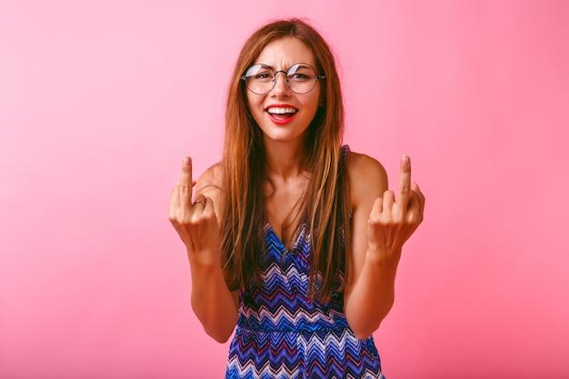 Mulher jovem engraçada e hippie mostrando dois dedos do meio