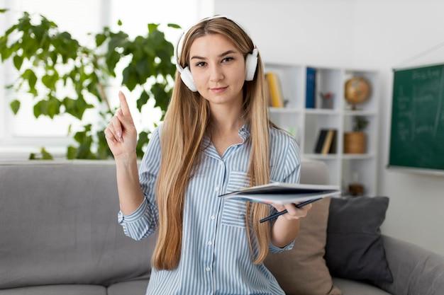 Mulher jovem ensinando crianças na aula de inglês online