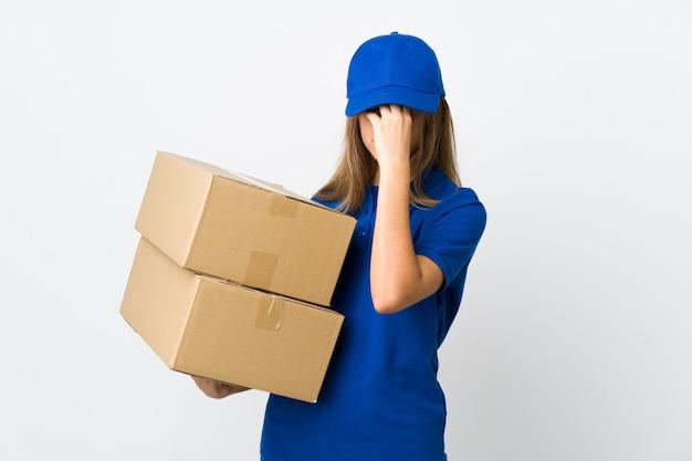 Mulher jovem entrega em branco isolado com dor de cabeça