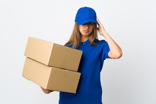 Mulher jovem entrega sobre parede branca isolada com dor de cabeça