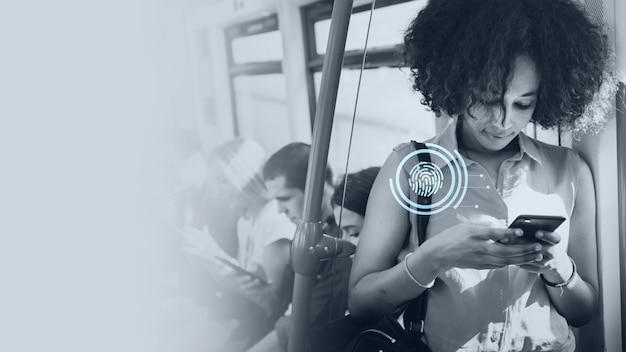 Mulher jovem enviando mensagens de texto em um metrô