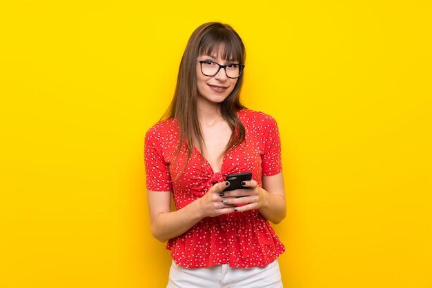 Mulher jovem, enviando uma mensagem, com, a, móvel