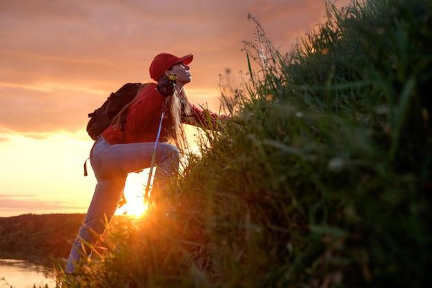 Mulher jovem, escalando colinas