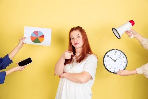 Mulher jovem escolhendo o que fazer com seu tempo