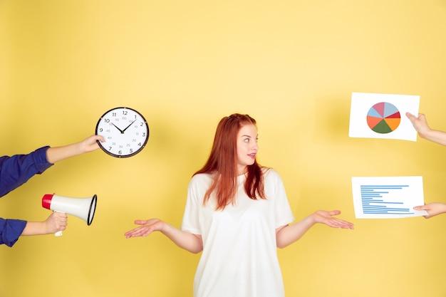 Mulher jovem escolhendo o que fazer