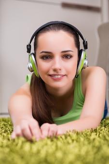 Mulher jovem, escutar música, casa