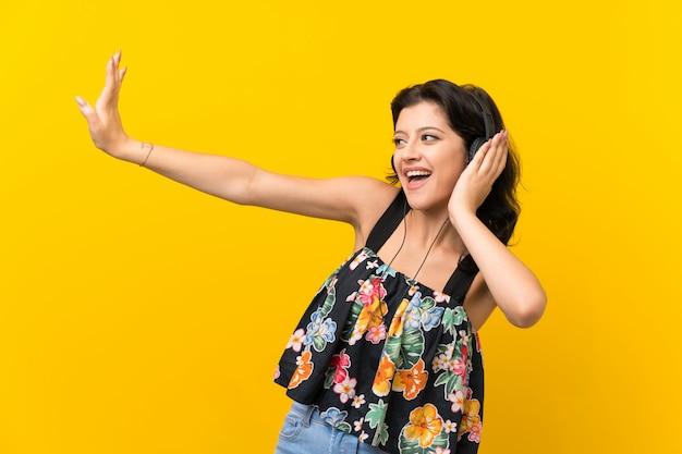 Mulher jovem, escutar música, com, fones