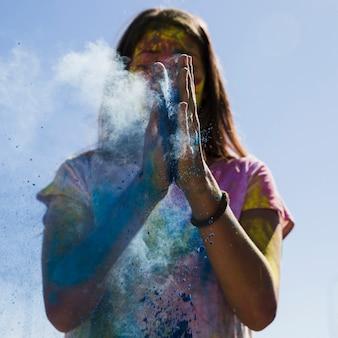 Mulher jovem, espanando, a, azul, holi, cor, com, mãos
