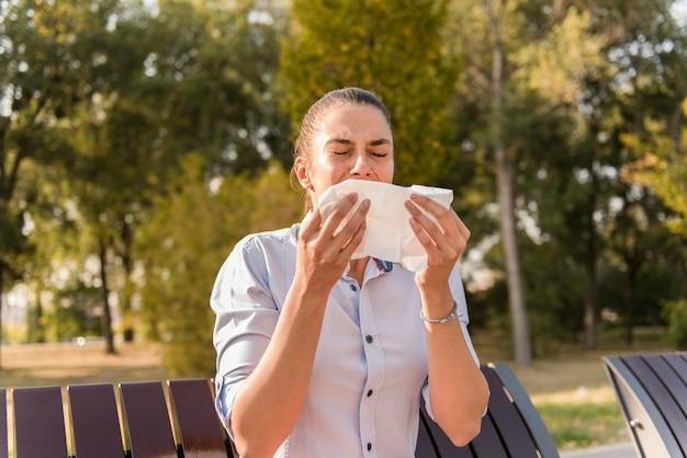 Mulher jovem, espirrando, tendo, um, alergia