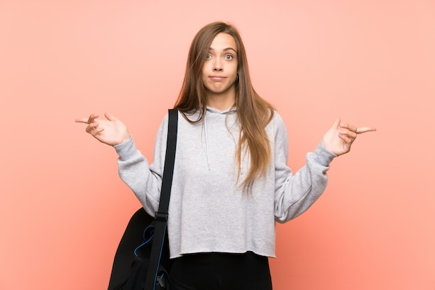 Mulher jovem esporte apontando para as laterais com dúvidas