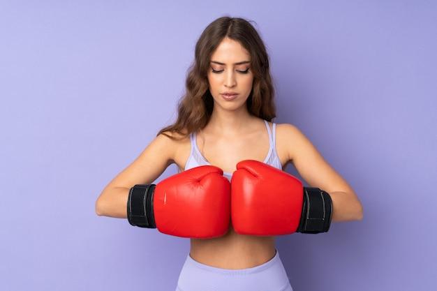Mulher jovem esporte com luvas de boxe