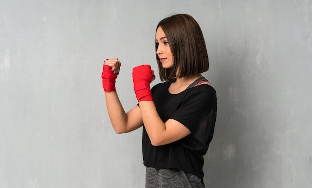 Mulher jovem esporte em bandagens de boxe