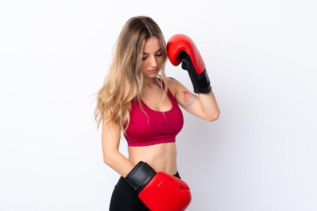 Mulher jovem esporte isolado parede branca com luvas de boxe