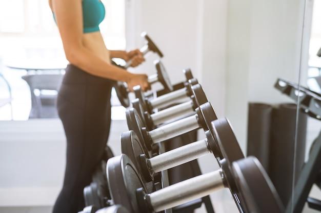 Mulher jovem esporte no ginásio, fitness, conceito de estilo de vida de treinamento