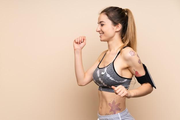 Mulher jovem esporte parede isolada correndo rápido