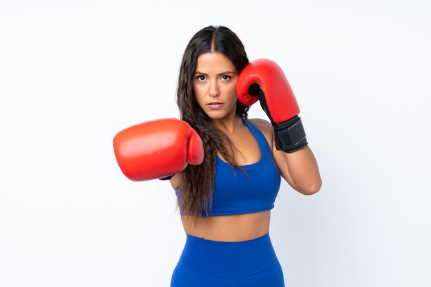 Mulher jovem esporte sobre branco isolado com luvas de boxe
