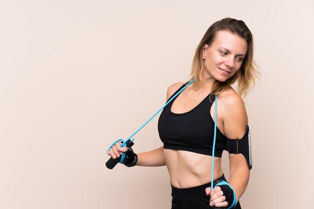Mulher jovem esporte sobre parede isolada