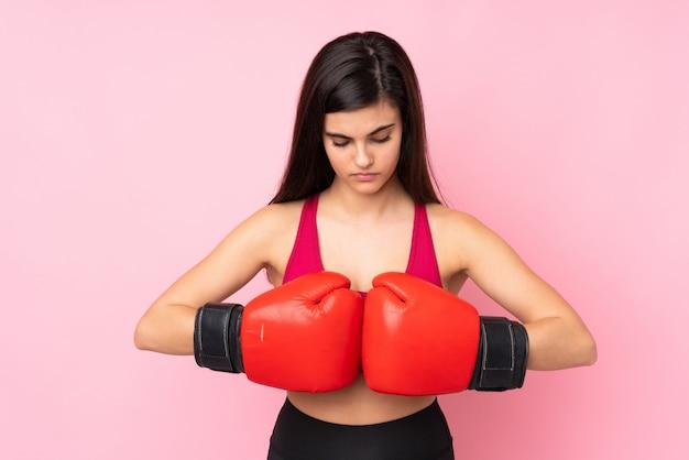 Mulher jovem esporte sobre rosa isolado