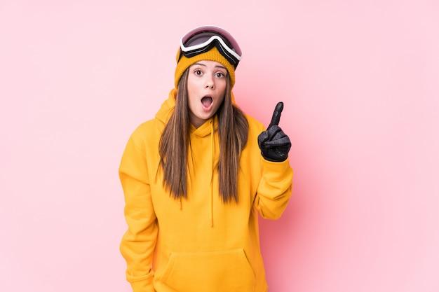Mulher jovem esquiador tendo uma ideia