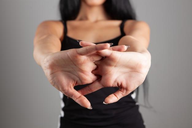Mulher jovem estalando os dedos