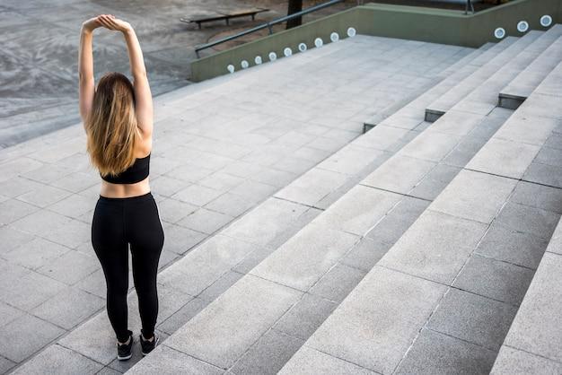 Mulher jovem, esticar, em, a, rua