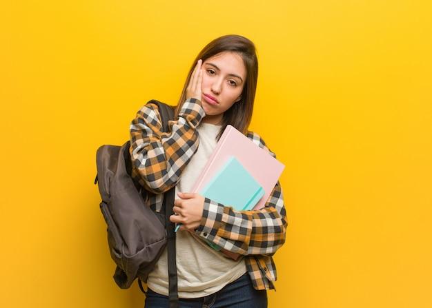 Mulher jovem estudante cansada e com muito sono