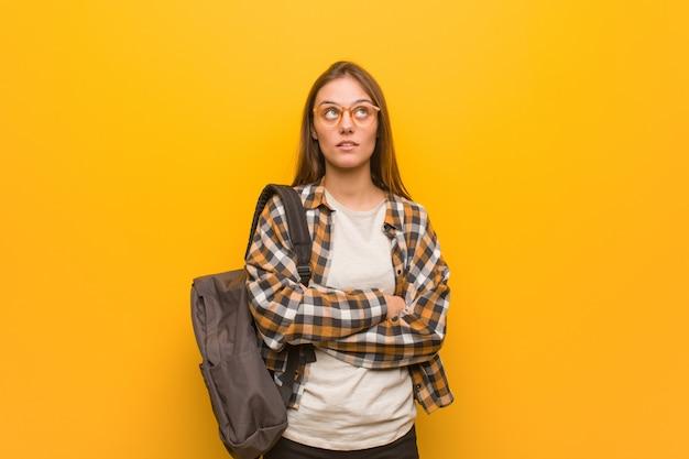 Mulher jovem estudante cansada e entediada