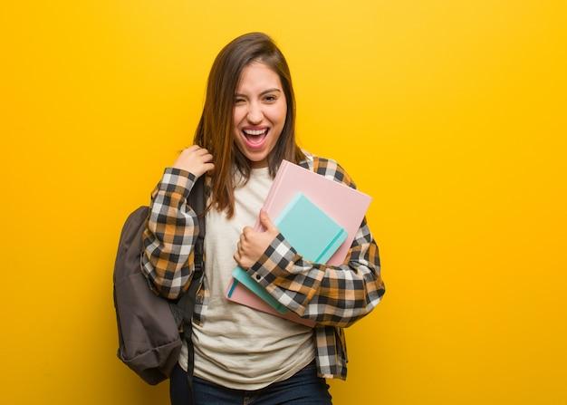 Mulher jovem estudante gritando muito irritado e agressivo