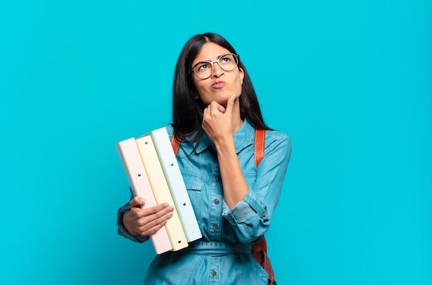Mulher jovem estudante hispânica pensando