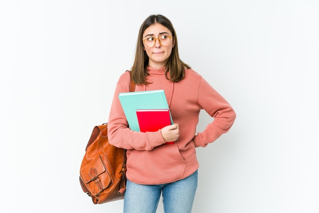 Mulher jovem estudante isolada no branco bakcground confusa, sente-se em dúvida e insegura.