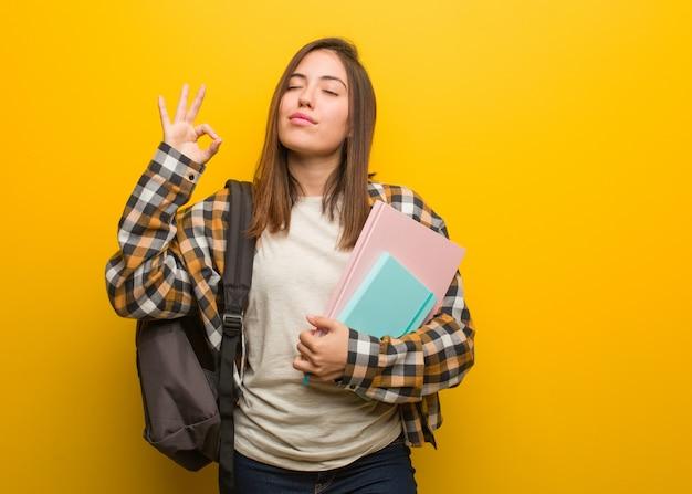 Mulher jovem estudante realizando ioga