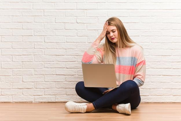 Mulher jovem estudante russo sentado esquecido, perceber algo