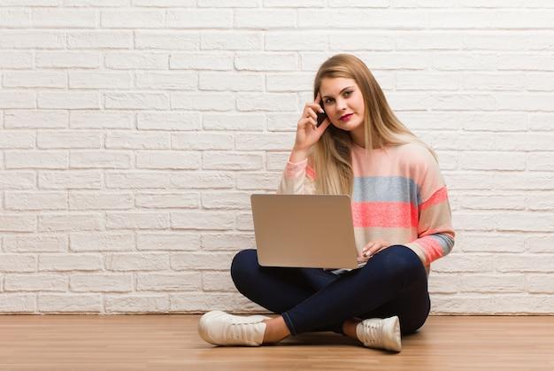 Mulher jovem estudante russo sentado pensando em uma idéia