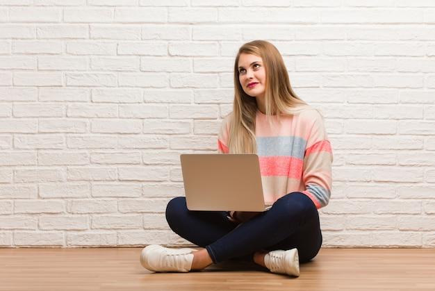 Mulher jovem estudante russo sentado sonhando em alcançar objetivos e finalidades
