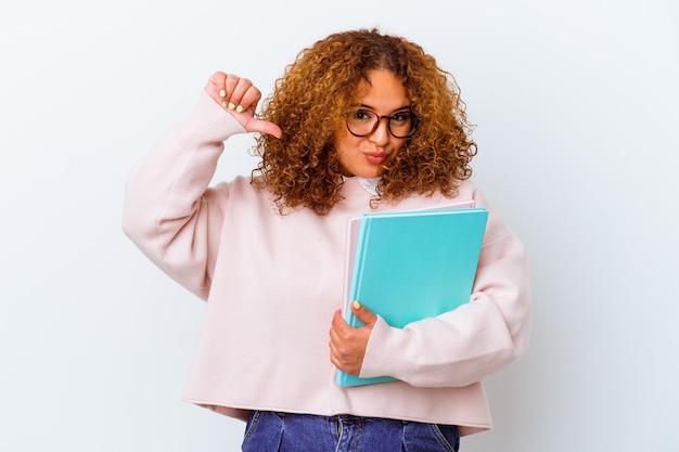 Mulher jovem estudante sobre fundo isolado sente-se orgulhosa e autoconfiante, exemplo a seguir.
