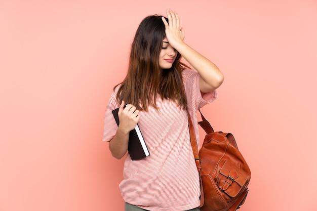 Mulher jovem estudante sobre fundo isolado
