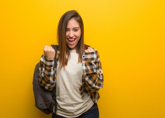 Mulher jovem estudante surpreendida e chocada