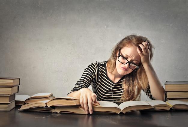 Mulher jovem, estudar