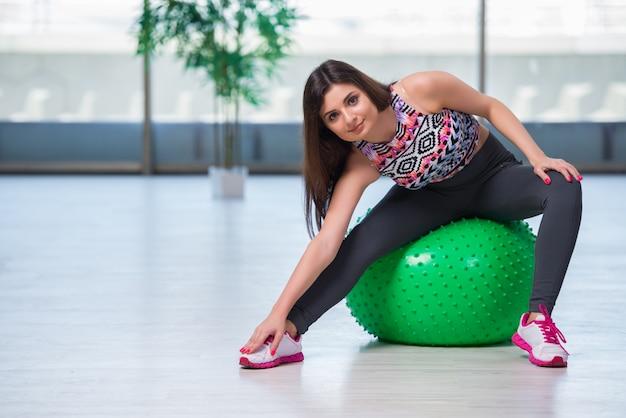 Mulher jovem, exercitar, com, suíça, bola, em, conceito saúde