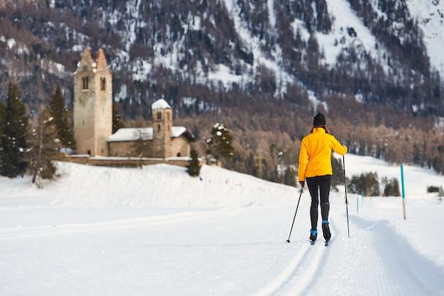 Mulher jovem experimentando esqui cross-country