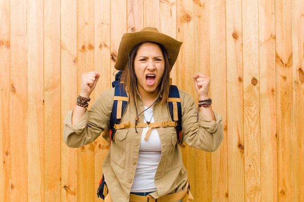 Mulher jovem explorador latino
