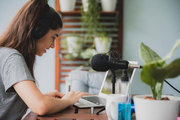 Mulher jovem falando com videoconferência em casa, tecnologia de comunicação remota on-line para ligar para um laptop no ciberespaço, estilo de vida de mulher feliz em trabalhar e manter a distância isolada