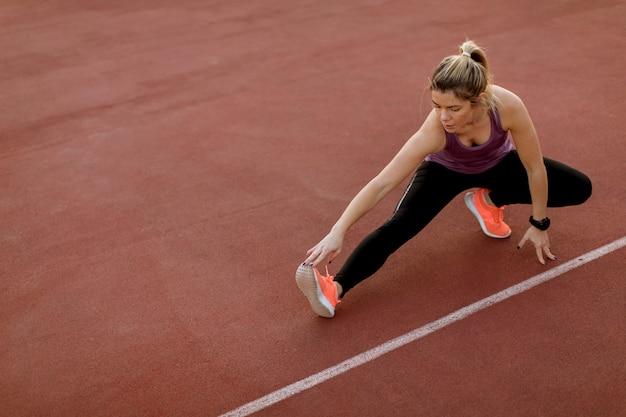 Mulher jovem, fazendo, algum, exercícios, e, streching, pernas, em, a, corte, em, ao ar livre