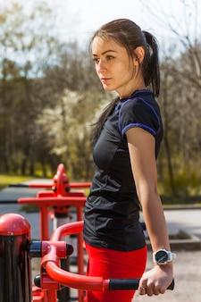 Mulher jovem, fazendo, ao ar livre, excercises
