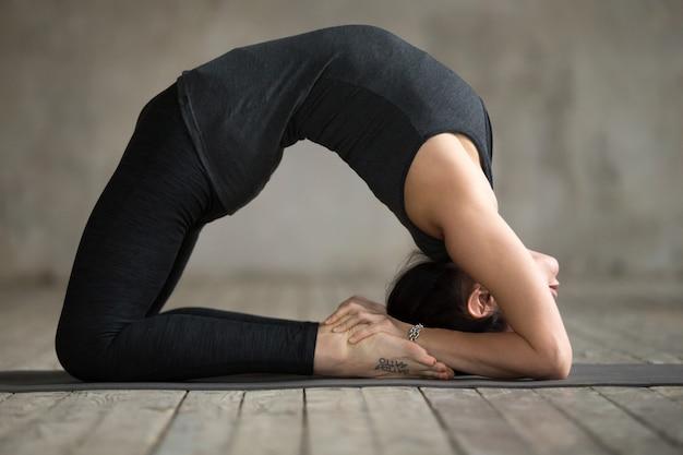 Mulher jovem, fazendo, exercício pombo