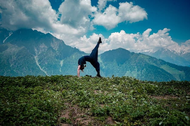 Mulher jovem fazendo exercícios de ioga em um ambiente natural