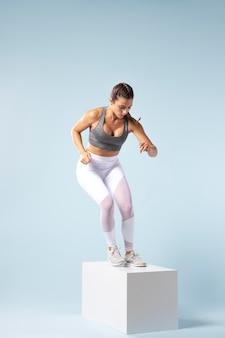 Mulher jovem fazendo exercícios em roupas esportivas