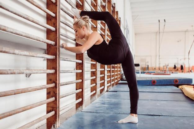 Mulher jovem fazendo exercícios para as olimpíadas de ginástica