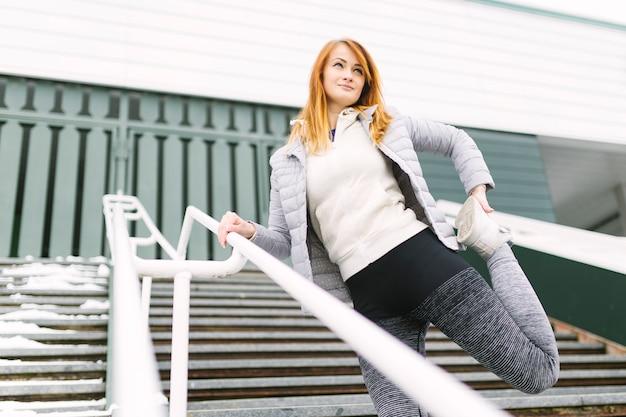Mulher jovem, fazendo, exercitar, ligado, escadaria